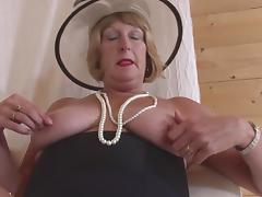Attractive chubby cougar likes wearing hats while playing with pussy