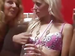 Fiesta liberal orgia con parejas jovenes y maduras